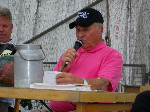Henning 90 år sjunger för publiken